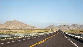 Horisont på lonelly en väg i Coahuila Royaltyfri Fotografi