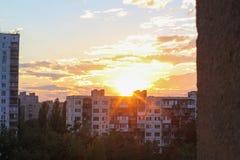 Horisont, stads- väg och kontorsbyggnader på solnedgången royaltyfri foto