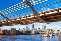 Horisont UK för London milleniumbro Fotografering för Bildbyråer