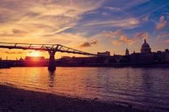 Horisont UK för London milleniumbro Arkivfoto
