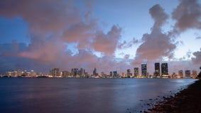 Horisont Waterrfront Miami Florida för stad för Strom röjningsolnedgång i stadens centrum royaltyfri bild