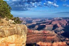 Horisontal beskåda av det berömda grandet Canyon Royaltyfri Bild