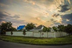 Horisontal, bygd och tyst ställe under solnedgång med beaut Arkivbild