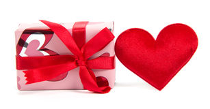 Horisontal och röd hjärta för gåvaask Fotografering för Bildbyråer