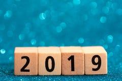 Horisontalaantallen van 2019 op blauwe fonkelende achtergrond stock foto
