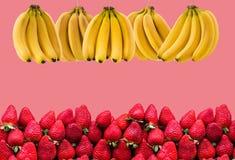 Horisontalbaner av mycket mogna banangrupp och strawberrys Begreppet av sund mat Fotografering för Bildbyråer