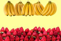 Horisontalbaner av mycket mogna banangrupp och strawberrys Begreppet av sund mat Arkivfoto