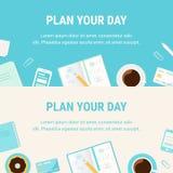 Horisontalbaner med morgonkaffekoppen, dagliga brevpapperobjekt och planerar ditt dagtecken Daglig planläggning och Tid Managem Royaltyfri Fotografi