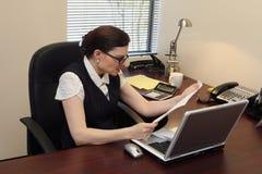 horisontalbokstavsavläsningskvinna Arkivbild