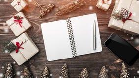 Horisontalbrun wood bakgrund med grankottar, handgjorda handgjorda gåvor och ett utrymmekort för lyckönskan med vintern, xmas Royaltyfri Foto