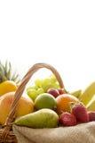 HorisontalCloseupdetalj på en korg mycket av frukt på vit bakgrund arkivfoton