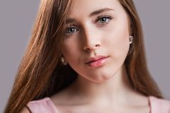 Horisontalcloseupstående av en härlig ung kvinna med ren hud, långa ögonfrans och naturlig skönhet, ny framsida Gräsplan synar arkivfoton