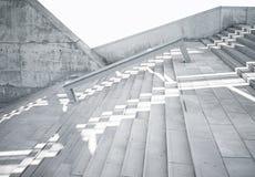 Horisontaldet slätt fotomellanrumet som är grungy och, gör bar konkret trappa med vita solstrålar som reflekterar på yttersida Tö Arkivfoto