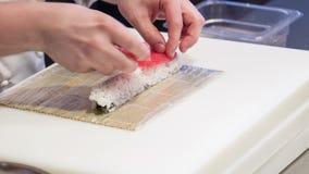 Horisontaldockan sköt av asiatisk kock i vit lager videofilmer