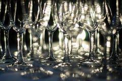 Horisontalfoto av arrangera i rak linje tomma vinexponeringsglas Royaltyfria Bilder
