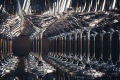 Horisontalfoto av arrangera i rak linje tomma vinexponeringsglas, slut upp som är svartvita Selektivt fokusera Arkivfoton