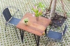 Horisontalfoto av den bästa sikten av tabellen och två stolar med hål p royaltyfri fotografi