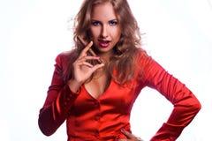 Horisontalfoto av den röda håraffärskvinnan i rött omslag med c Royaltyfri Foto