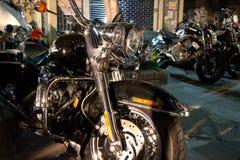 HorisontalFront View av den feta kryssaremotorcykeln med den Chrome gaffeln Royaltyfria Bilder