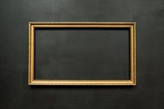 Horisontalguld- tunn bildram på svart Royaltyfri Bild