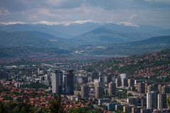 Horisontalhorisont av den härliga Sarajevo europén Jerusalem arkivbild