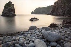 Horisontallandskap av den steniga kusten med kiselstenar Royaltyfri Fotografi