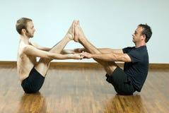 horisontalmän poserar yoga två Arkivfoto