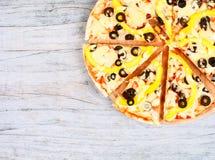 Horisontalmatbaner med klippt pizza på träbakgrund Tomt avstånd för text Royaltyfri Foto