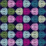 Horisontalprydnaden, stiliserade ovalsfjädrar gör grön, rosa färger, lilor, turkos, gulinguppsättning på en svart bakgrund Arkivfoto