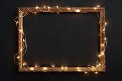 Horisontalram med julljus på svart Royaltyfri Foto
