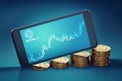 Horisontalsartphone med på-skärmen för Bitcoin svallvågdiagram som lägger på växande högar av guld- Bitcoins Royaltyfri Foto