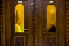 Horisontalsikt av en trästängd biktstol med en Confesso arkivbilder