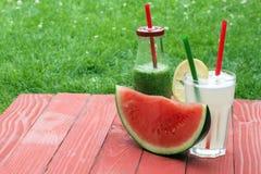 Horisontalsikt av en vattenmelon och två drinkar Arkivfoto