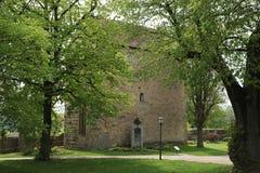 Horisontalsikt av ett kapell i trädgården av Rothenburg obder Tauber, Tyskland arkivbilder