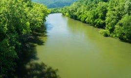 Horisontalsikt av James River på härlig vårdag royaltyfri fotografi