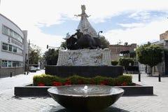 Horisontalsikt av monumentet till Rodolfo Gaona och springbrunnen i Leà ³ n Guanajuato royaltyfria foton