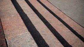 Horisontalsikt av skuggor som projekteras på granittrappan arkivbilder