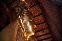 Horisontalsikt från halva av att vila buddha i Wat Pho Royaltyfri Foto