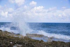 Horisontalslaghål i den Grand Cayman ön med havssprej fotografering för bildbyråer