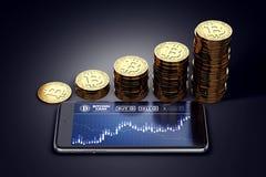 Horisontalsmartphone med Bitcoin den kontanta diagrampå-skärmen och växande högar av guld- Bitcoin kassamynt Royaltyfria Bilder