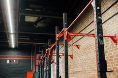 Horisontalstång i den stora tomma inre för vind av idrottshallen för konditiongenomkörare royaltyfri fotografi