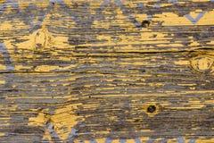 Horisontaltextur för gult ladugårdträväggplank Lantlig sjaskig tom bakgrund för gamla träSlats Måla skalat brunt ridit ut I royaltyfri fotografi