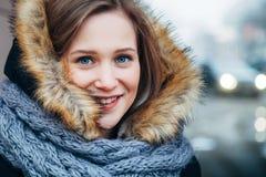 Horisontalutomhus- stående för ung kvinna Arkivfoto