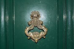 HorisontalWiev av en gammal Clapper på en grön dörr italy rome Royaltyfria Bilder