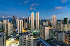 Horisontbyggnader i boaen Viagem sätter på land efter solnedgången, Recife, Pernambuco, Brasilien fotografering för bildbyråer
