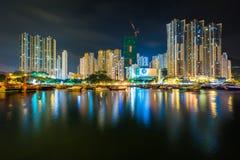 Horisonten av Ap Lei Chau på natten som ses från Aberdeen i Hong Fotografering för Bildbyråer