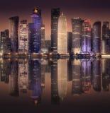 Horisonten av den västra fjärden och den Doha staden, Qatar royaltyfria foton