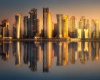 Horisonten av den västra i stadens centrum fjärden och Doha, Qatar Arkivbild