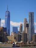 Horisonten av det i stadens centrum Manhattan finansiella området med en World Trade Center som bygger MANHATTAN - NEW YORK - APR Royaltyfri Foto
