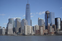 Horisonten av det i stadens centrum Manhattan finansiella området med en World Trade Center som bygger MANHATTAN - NEW YORK - APR Royaltyfri Bild
